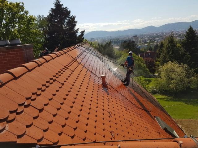 Personnel qui nettoie le toit